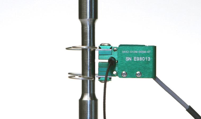 Внешний вид экстензометра ТС703-3442 с базовой длиной 10 мм и небольшим диапазоном измерения