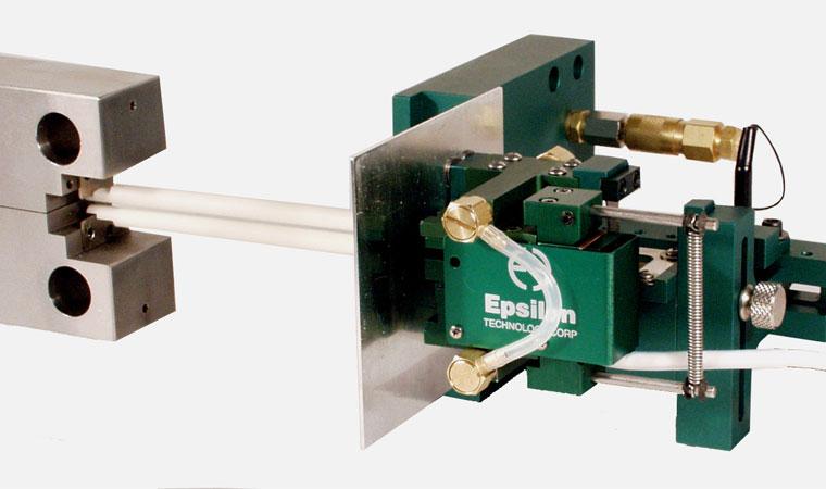 Внешний вид экстензометра ТС703-3541 для контроля роста трещины при повышенных температурах